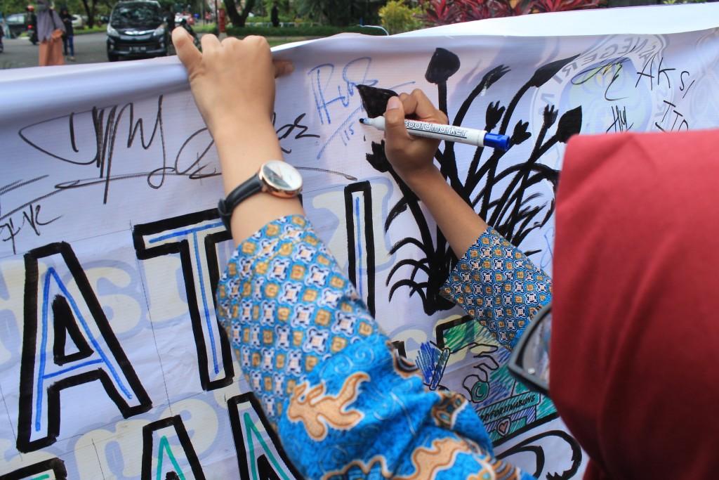 dokumentasi aksi FIS Peduli Bencana Sinabung dalam bentuk tandatangan